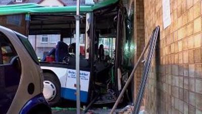 주택 들이받은 독일 스쿨버스…학생 47명 부상