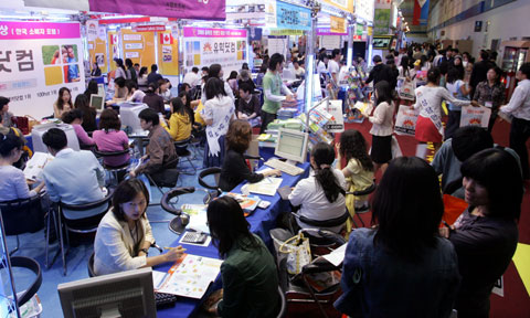 Korean students at a fair for studying abroad.