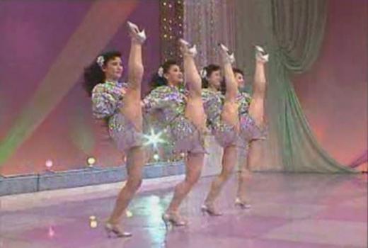 国产艳舞表演_看一看朝鲜民间流行的艳舞表演影碟(图)