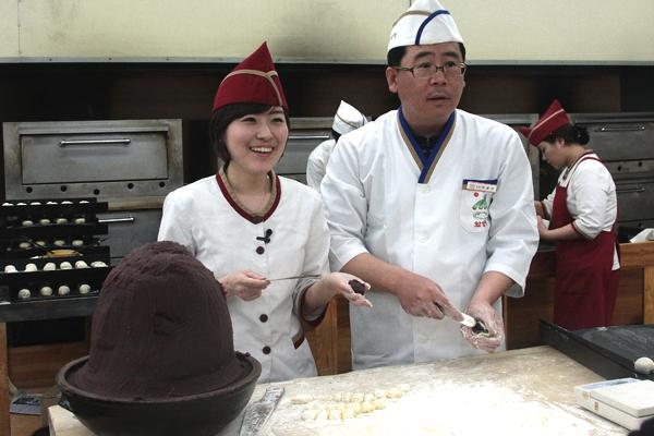 황남빵 만들기 시범을 보여주는 박태영 부장