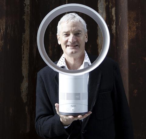 제임스 다이슨과'날개 없는 선풍기(에어멀티플라이어)'. 이 제품은 2009년 미국의 시사 잡지'타임'이 선정한'올해 가장 혁신적인 제품 톱10'에 뽑혔다. /AP