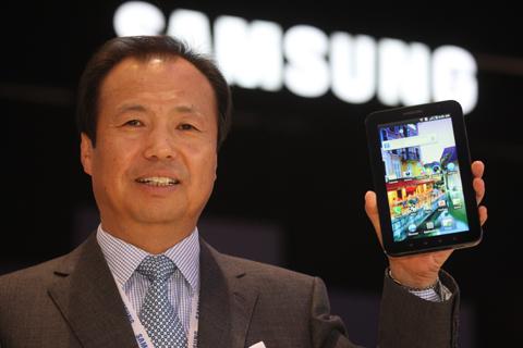 신종균 삼성전자 사장이 2일(현지시각) 유럽 최대 가전박람회 IFA 2010 에서 갤럭시탭을 한 손에 들어보이고 있다. /삼성전자 제공