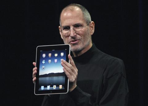 스티브 잡스 애플 CEO가 9.7인치 아이패드를 두 손으로 들고 있다. /로이터 연합뉴스