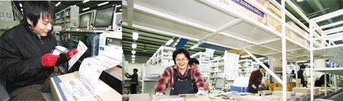 예스24의 파주 탄현 물류센터에서 한 직원이 방금 출력된 책 주문 내역을 스캐너로 확인하고 있다(왼쪽). 고객이 주문한 책들이 20여  분 만에 검색·분류된 뒤 박스에 포장돼 컨베이어에 실려 나가고 있다. / 예스24 제공