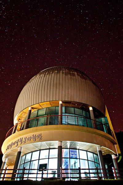 천문과학관을 배경으로 바라본 밤하늘의 별빛.