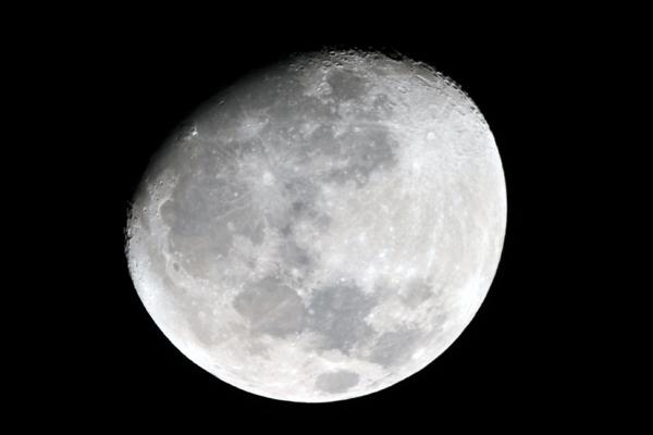 천문과학대장님의 도움을 받아 천체망원경으로 찍은 달