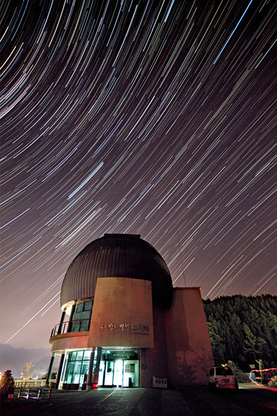 밤하늘의 수많은 별이 어지러이 반짝이고 있다.