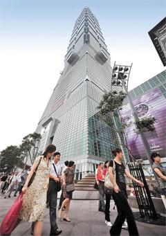 중국인 관광객들이 타이베이 도심에 위치한 '타이베이 금융센터(타이베이101)' 앞을 지나가고 있다. 대만은 작년 중국과 경제협력기본협정(ECFA)을 맺은 뒤 중국인 관광객을 적극적으로 유치하고 있다. 올해 대만에서는 중국 인 개인관광도 허용된다. / AFP