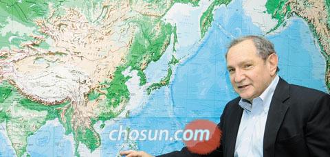 미국의 군사정치 전문가인 조지 프리드먼이 그가 이끌고 있는 싱크탱크 스트랫포 사무실에서 세계 지도를 가리키며 10년 후 세력 판도에 대한 자신의 견해를 말하고 있다./오스틴=김남인 기자