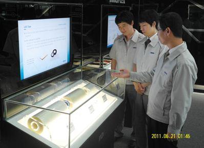 장경호 이녹스 대표가 이녹스가 개발한 제품을 소개하고 있다. /이녹스 제공