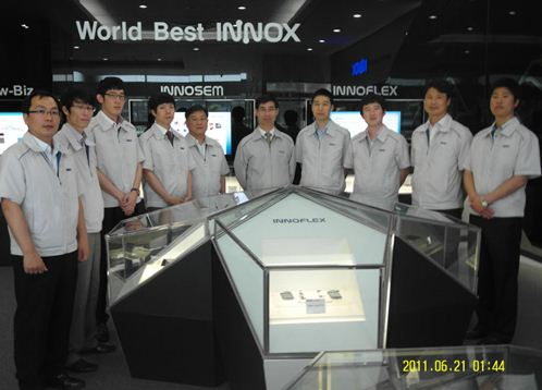 회사 임직원들이 충청남도 아산 공장의 제품을 소개하는 1층 '쇼룸'에 모여 있다.
