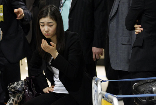 ae67366c95a ... △... 2018년 동계올림픽 유치에 성공한 평창대표단과 8일 오후 대한항공 전세기편으로 인천공항에 도착한 김연아가 입국장  로비에 앉아 있다.