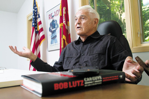 미시간주 앤아버에 있는 자신의 농장에서 밥 루츠가 10년간 GM에서 겪은 이야기를 하고 있다. 책상 위에 놓인 책이 그가 지난 6월 펴낸 'Car Guys vs Bean Counters' 다. 산업현장에서 실제로 제품을 만들어내는 사람들이 미국 경제의 주축이 돼야 한다고 했다. / 제프리 소저
