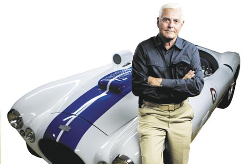 밥 루츠가 자신의 농장 차고 안에 있는 자동차 컬렉션 앞에 섰다. 그가 기대어 앉은 차는 1952년형 커닝햄 C4R 컴피티션 로드스터. / 제프리 소저