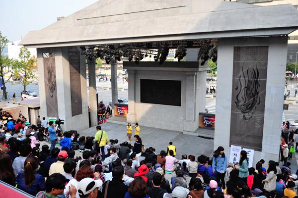 지난 9일 세종문화회관 중앙계단 특설무대에서는 '한글 고마워요'라는 주제와 '희망의 광화문'이라는 주제로 다양한 공연이 펼쳐졌다.