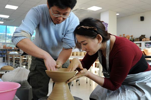 녹청자 도요지 사료관에서 직접 도자기 만들기 체험을 하고 있다.