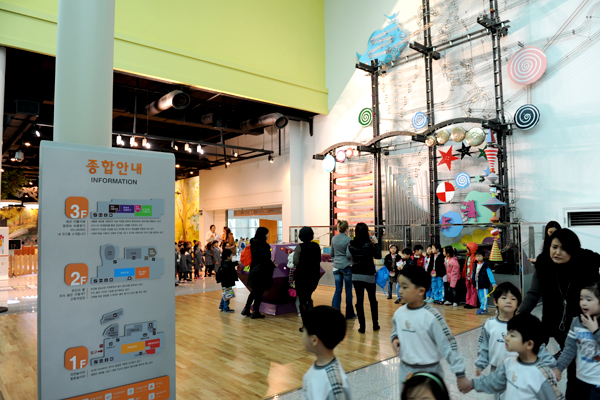 박물관 입구에 설치된 '앙상블'이라는 작품은 파이프 오르간을 통해 소리를 듣고, 눈으로 공의 움직임을 따라가는 작품이다.