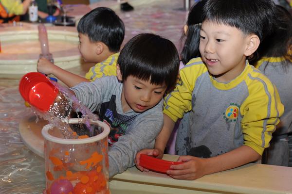 이곳을 찾은 아이들이 직접 물을 이용해 수력발전의 원리를 체험하고 있다.