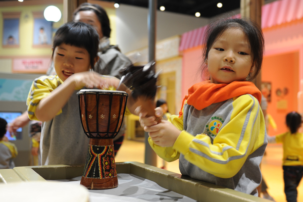 3층에 마련된 '세계민속악기체험' 전시실에서 한 아이가 전통악기를 연주하고 있다.