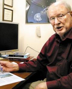 데이비드 크리스웰 휴스턴대학교 우주시스템작동연구소장이 달에서 모은 태양 에너지를 지구로 전송하는 방법을 설명하고 있다. /휴스턴=김신영 특파원