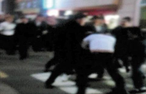 지난해 인천 길병원 장례식장에서 폭력배가 패싸움을 벌이는 장면. 이들은 출동한 형사들 앞에서 칼부림까지 했다. /SBS 캡처