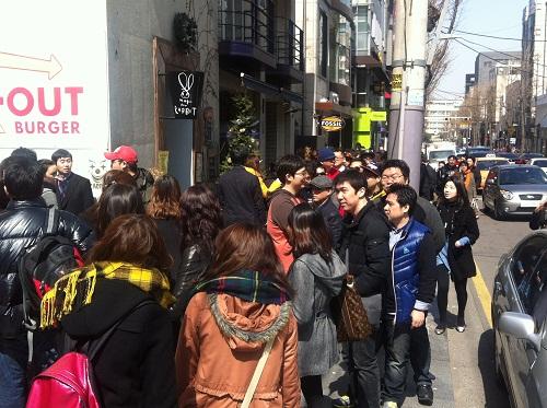21일 오후 신사동 가로수길이 인앤아웃 버거를 먹기 위한 손님들로 북새통을 이루고 있다.