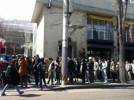 21일 오후 인앤아웃 버거를 먹기 위해 몰린 손님들은 최소한 1시간에서 4시간까지 줄을 서서 기다렸다.