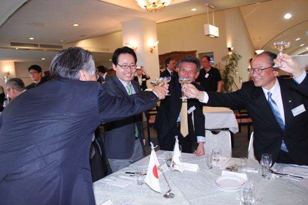 아리랑3호가 우주궤도에 안착한 18일 오후 열린 축하연에서 교과부와 항우연, 일본 측 고위관계자들이 건배를 하고 있다. 다네가시마(일본)=박근태 기자 kunta@chosun.com