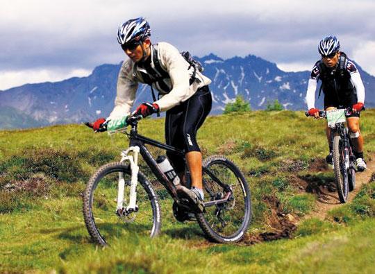 독일에서 이탈리아까지 뻗은 알프스 산맥을 자전거로 넘는 8일간의 레이스는 다름 아닌 자기 자신과의 격렬한 투쟁이었다. 왼쪽부터 두 바퀴에 의지해 알프스 613㎞를 완주한 최해운·박상운씨./박상운씨 제공