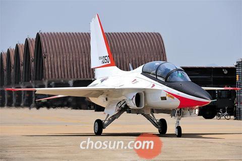 '골든 이글(검독수리)'로 불리는 국산 초음속 훈련기 T-50의 아랍에미리트(UAE) 수출이 다시 추진되고 있다. 사진은 2010년 5월 전력화 완료 기념행사에서 공개된 T-50. /손민석 객원기자