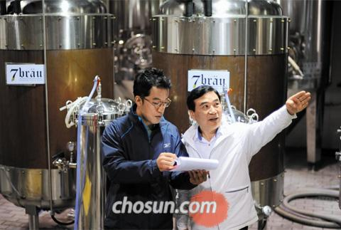 강원도 횡성에 있는 중소형 맥주회사 세븐브로이의 공장에서 김강삼(오른쪽)대표가 직원과 이야기를 나누고 있다. 서울역에서 맥주 전문점을 운영했던 김 대표는 지난해 맥주 제조 규제가 완화되면서 첫 번째로 면허를 받고 공장을 세웠다. /박수찬 기자