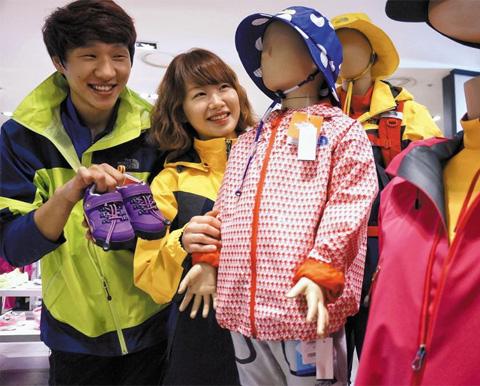 서울 현대백화점 압구정본점 지하 2층 매장에 아동용 아웃도어 상품이 전시돼 있는 모습. /신세계 제공