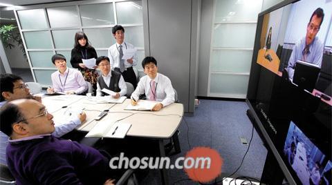 한국은행 외자운용원 직원들이 5일 한은 별관 3층에 있는 화상 회의실에서 싱가포르에 있는 한 글로벌 투자은행 전문가와 미 대선 이후의 채권과 주식 투자 전략에 대해 논의하고 있다. 3234억달러의 외환보유액을 관리하는 외자운용원은 한은에서 유일하게 24시간 돌아가는 부서다. /허영한 기자