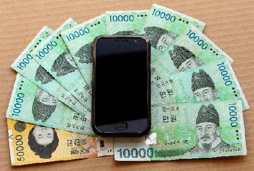 이명박 정부는 스마트폰 도입을 늦춰 산업계의 혼란을 가중하고 통신비 인상을 부추겼다./조선일보DB
