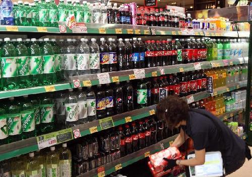 지난 8월 서울 시내 한 대형마트에서 직원이 음료 제품을 정리하고 있다./허영한 기자 younghan@chosun.com