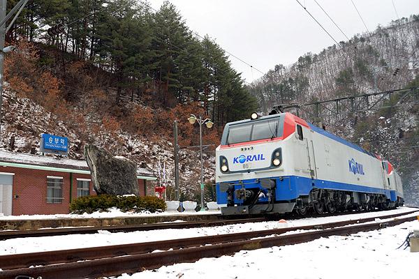 눈 쌓인 승부역으로 열차가 진입하고 있다.