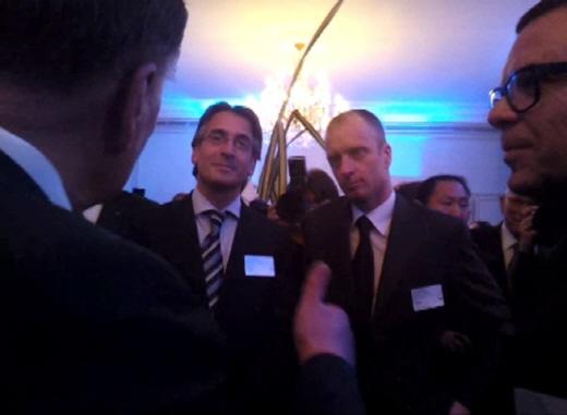 지난해 3월 정몽구 회장이 스위스에서 슈라이어 총괄을 만나 '다지인 굿'이라며 손가락을 치켜드는 모습 /박성우 기자.