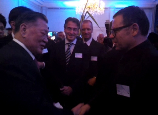지난해 3월 정몽구 현대차그룹 회장이 스위스에서 피터슈라이어 디자인 총괄을 만나 악수하는 모습. /박성우 기자