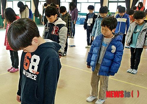 천안함 추모 묵념하는 초등생