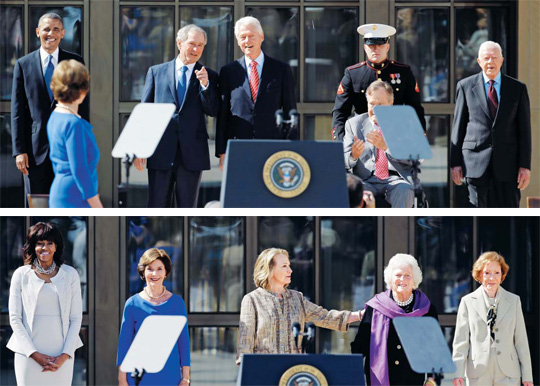(사진 위)우린 언제쯤 이런 모습을 볼 수 있을까… '부시 기념관'에 모인 美國 대통령들… 미국 텍사스주 댈러스 서던메소디스트대에 세워진 조지 W 부시 대통령 기념관 개관 축하 행사에 전₩현직 미국 대통령이 자리를 함께해 밝게 웃고 있다. 왼쪽부터 버락 오바마 대통령, 조지 W 부시, 빌 클린턴, 조지 H W 부시(휠체어에 앉아 있는 이), 지미 카터 전 대통령. 부시 대통령 기념관은 내달 1일 정식 개관한다. (사진 아래)미국 텍사스주(州) 댈러스 서던메소디스트대에 내달 1일 문을 여는 조지 W 부시 전 대통령 기념관 개관 축하 행사를 위해 25일 미국 전₩현직 대통령 부인들이 한자리에 모였다. 왼쪽부터 미셸 오바마, 로라 부시, 힐러리 클린턴, 바버라 부시, 로절린 카터 여사. /AP 뉴시스