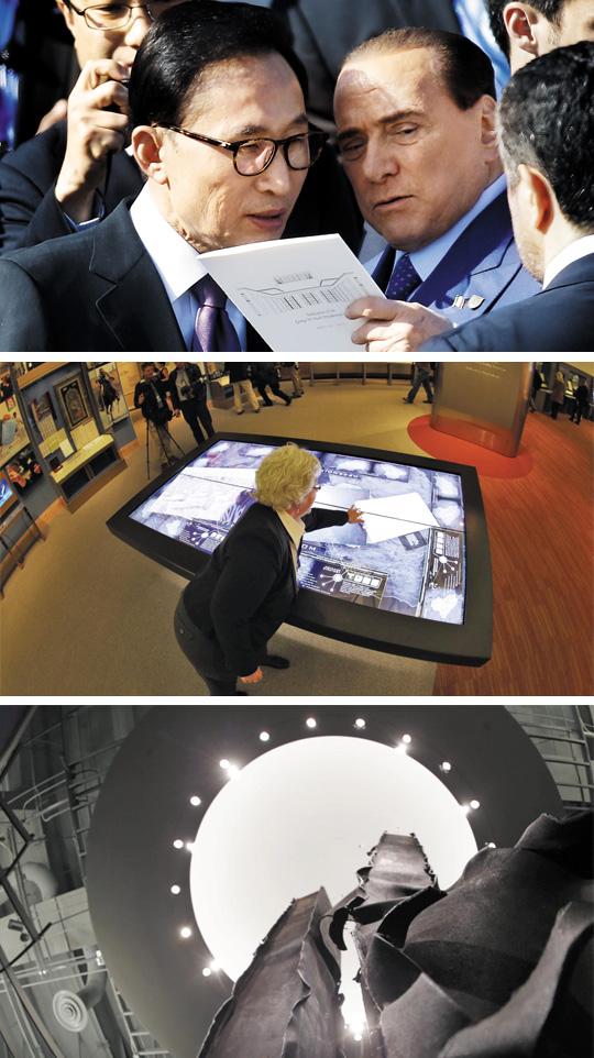 (사진 위)이명박 前대통령과 베를루스코니 이명박(왼쪽) 전 대통령이 25일 미국 텍사스주 댈러스 조지 W 부시 대통령 기념관 개관 축하 행사에 참석해 실비오 베를루스코니(오른쪽) 전 이탈리아 총리와 함께 자료를 살펴보며 이야기를 하고 있다. (사진 가운데)아프간·이라크戰 영상 상영 부시 대통령 기념관 내부 모습. 재임 시절 벌어졌던 아프가니스탄과 이라크 전쟁에 대한 정보를 터치스크린 방식으로 살펴볼 수 있다. (사진 아래)세계무역센터 철골 잔해물 전시 부시 대통령 기념관에는 9·11 테러로 붕괴된 뉴욕 세계무역센터 건물의 철골 잔해도 전시됐다