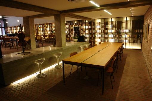 프란치스코회 수도원 교육회관 내에 있는 카페 '산 다미아노' 내부 전경./산 다미아노 제공