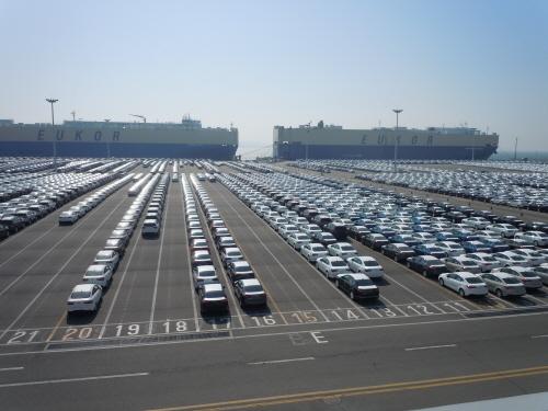 평택항 기아자동차부두에서 수출될 자동차들이 야적장에 늘어서 있다./이재원 기자