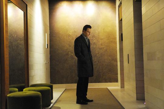 여동생 씨씨와 직장상사를 집에 들여보내고 혼자 아파트 복도에 서 있는 브랜든.