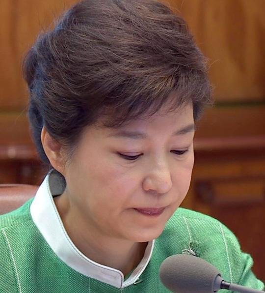 박근혜 대통령이 13일 청와대 수석비서관 회의에서 윤창중 전 대변인의 성추행 의혹 사건에 대해 사과하던 도중 잠시 호흡을 가다듬고 있다.