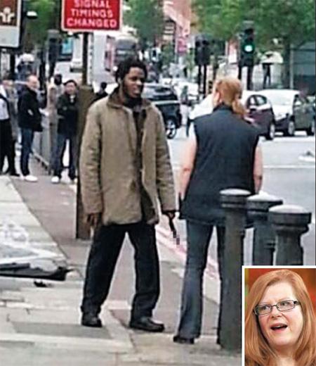 """'광란의 칼'에 다가간 두 아이의 엄마… 버스타고 가던 英시민, 식칼테러범 보고 차에서 내려 설득… 영국 런던에서 22일 두 아이의 어머니인 잉그리드 로요 케네트(48)씨가 칼을 든 흑인 청년에게 다가가 이야기를 나누고 있다. 이슬람 급진주의자로 추정되는 20대 흑인 남성 2명은 이날 런던 남부 울위치의 포병 부대 인근에서 영국 군인 한 명을 참수(斬首) 살해했다. 이들은 범행 직후""""알라는 위대하다""""고 외쳤다. 로요 케네트씨는 버스를 타고 가다가 사건 현장을 보고 급히 내려 용의자 한 명과 대화를 이어가면서 관심을 돌려 다른 피해를 막았다. 로요 케네트(얼굴 사진)씨는 인터뷰에서""""다른 사람들을 공격할까 봐 나에게 관심을 돌리려고 대화를 이어갔다""""고 말했다. 용의자들은 경찰의 총에 맞고 20분 만에 체포됐다. 사진에서 칼은 모자이크 처리했다"""