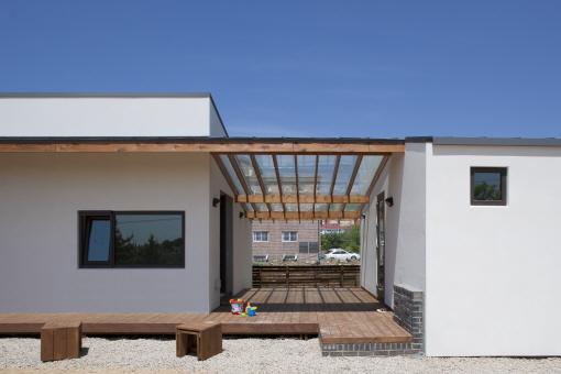 파주 사이마당 집 전경. 본채와 별채 사이의 대청마루가 이 집의 가장 큰 특징이다./진효숙 사잔작가