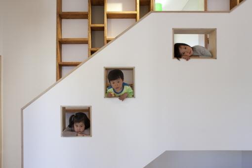 붙박이 책장과 계단 전경. 건축주의 세 자녀가 포즈를 취하고 있다./진효숙 사진작가