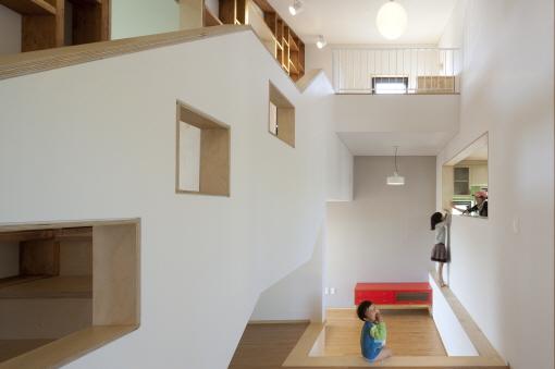 계단 아래로 가족실이 마련돼 있다. 가족실, 아이방, 부엌은 모두 트여 있다./진효숙 사진작가