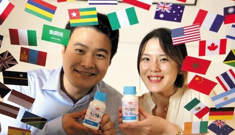 글로벌 시장 업무를 담당하고 있는 한미약품 직원들이 만국기를 배경으로 수출 쌍두마차 약품인 아모잘탄과 에소메졸을 들고 있다.